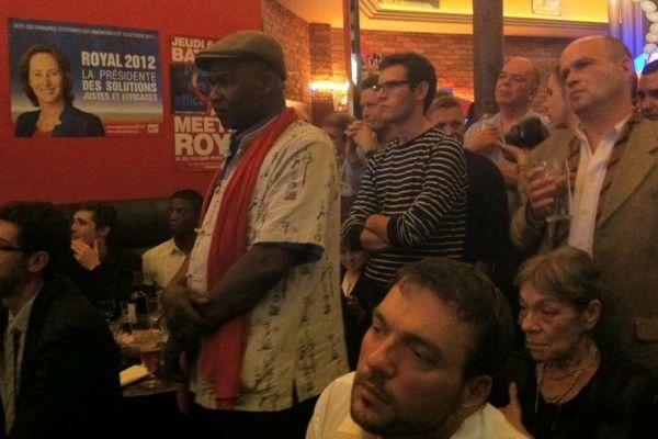 05.10 Avec des militants proches de Ségolène Royal qui suivent le troisième débat avant la primaire PS. 930620