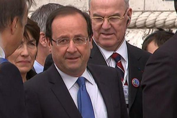 08.05 Hollande vient d'arriver sur les Champs Elysées. 930620
