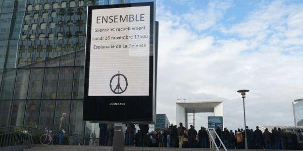 17.11.Attentats Paris Defense affiche.ERIC PIERMONT  AFP.1280.640