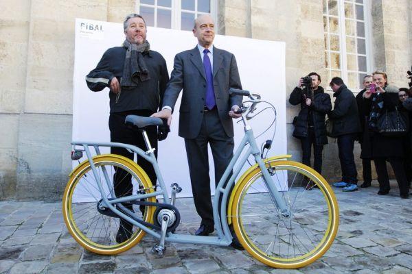 19.02 Alain Juppé et Philippe Starck autour du nouveau vélo de Bordeaux. 930620