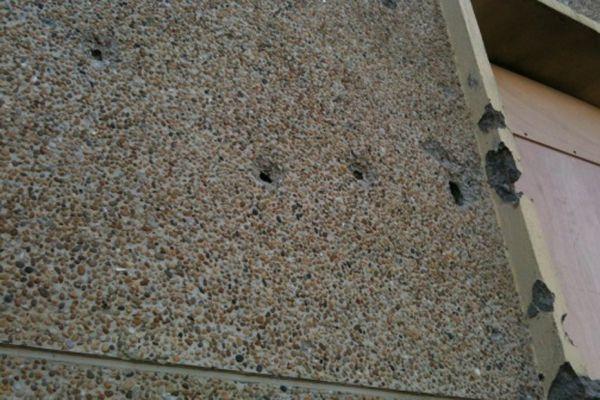23.03  La façade de l'immeuble de Mohamed Merah criblée de balles. 930620