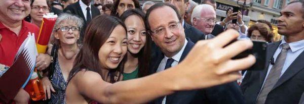 24.03.Bandeau.Hollande.touriste.chinois.telephoneSelfie.Reuters.930.320