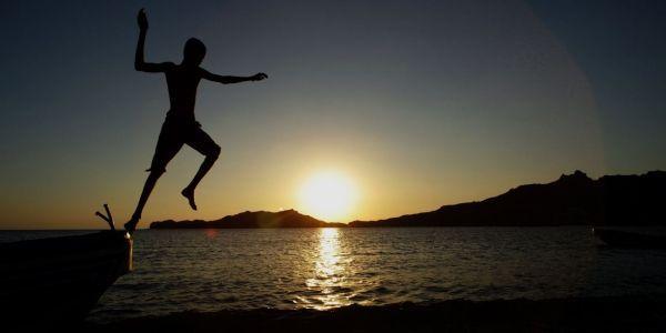 26.06.Soleil.coucher.mer.baignade.plongeon.KARIM SAHIB.AFP.1280.640