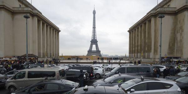 27.02.Taxi.Paris.Tour.Eiffel.LIONEL-BONAVENTURE.AFP.1280.640