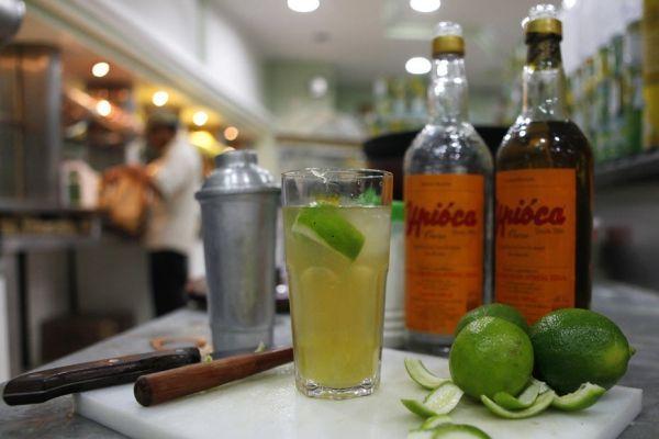 31.12 La cachaça est l'alcool qui sert à faire la fameuse caïpirinha, un cocktail très populaire dans tout le Brésil. 930620