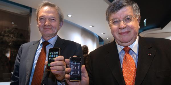 Didier Lombard (à droite), patron de France Telecom, lors de la sortie de l'iPhone en France, en novembre 2007.