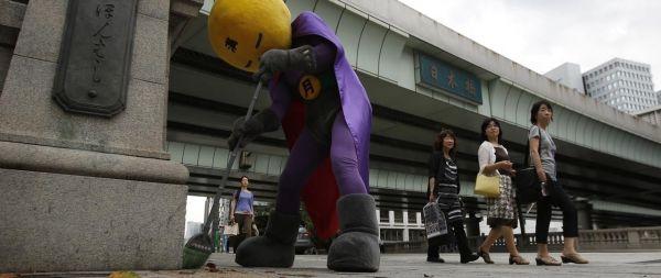 Au Japon, le super-héros Mangetsu-Man nettoie les rues de Tokyo