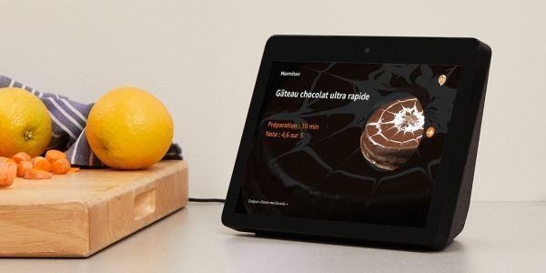 L'Amazon Echo Show embarque un petit écran semblable à celui d'une tablette, placé devant l'enceinte.