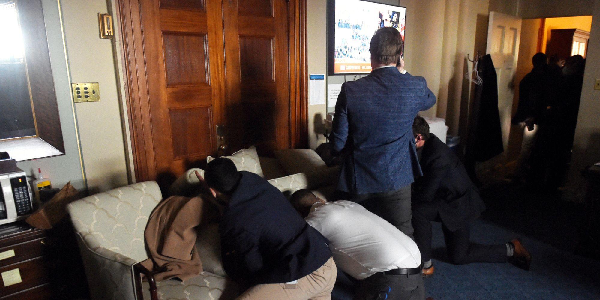 Le personnel du Congrès se barricade.