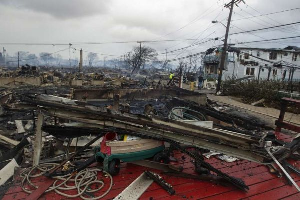 batiments détruits dans le queens à new york après le passage de l'ouragan sandy