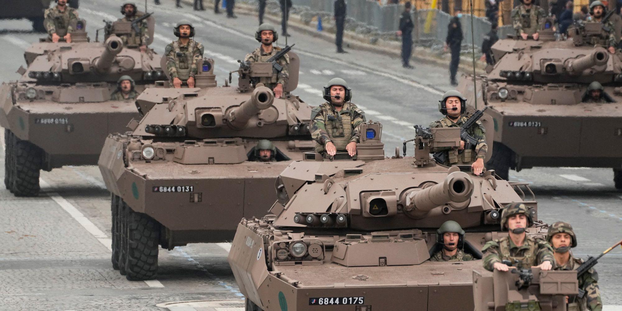 Des véhicules blindés descendent sur l'avenue des Champs-Élysées lors du défilé militaire