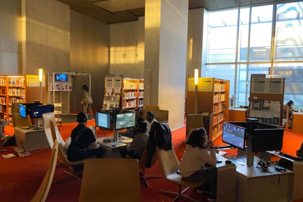 Dans la salle audiovisuel de la BNF, une centaine de jeux vidéo sont disponibles en accès libre.