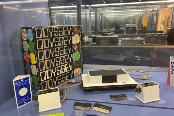 La Magnavox Odyssey est considérée comme la première console grand public, destinée à être jouée dans le salon.