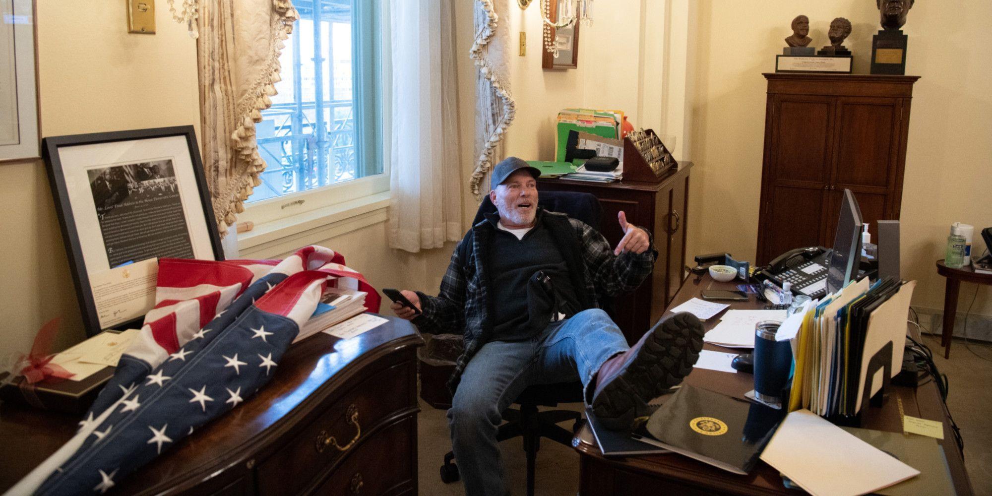 Un manifestant dans le bureau de Nancy Pelosi.