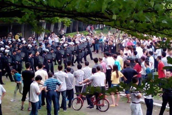 Chine : des manifestants face à la police