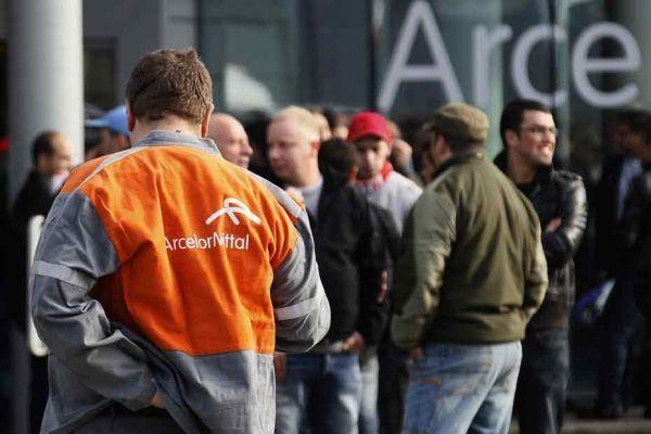 des employés d'ArcelorMittal près de Liège, en Belgique