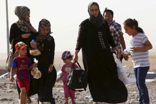 Des Irakiens fuient Mossoul à pied