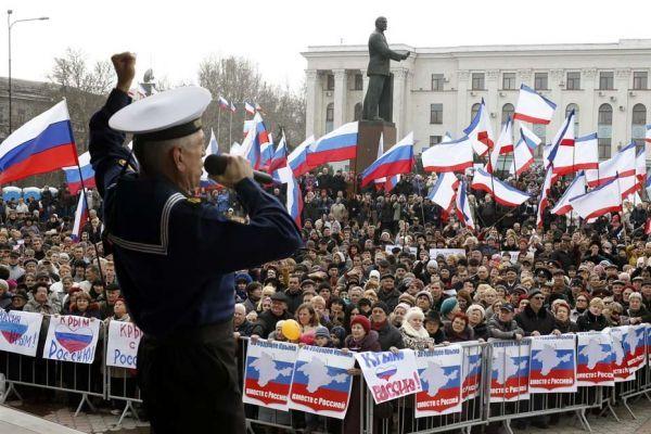 Des manifestants pro-russes en Crimée, dimanche 9 mars.