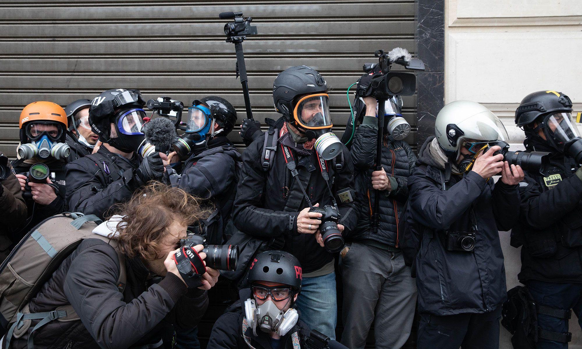 Des photographes reporters, samedi matin, sur les Champs-Elysées.