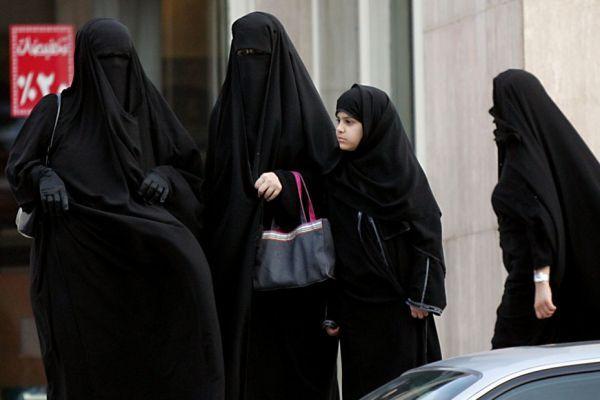 Des Saoudiennes attendant un véhicule à Ryad.