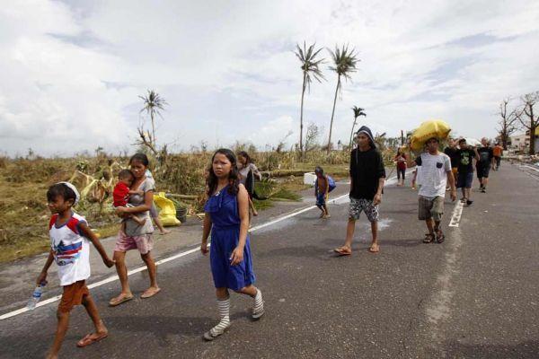 Des survivants au passage du typhon Haiyan qui a ravagé les Philippines.