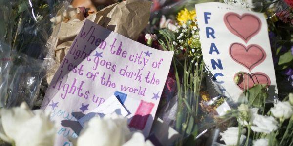 Fleurs en hommage aux attentats, 1280x640