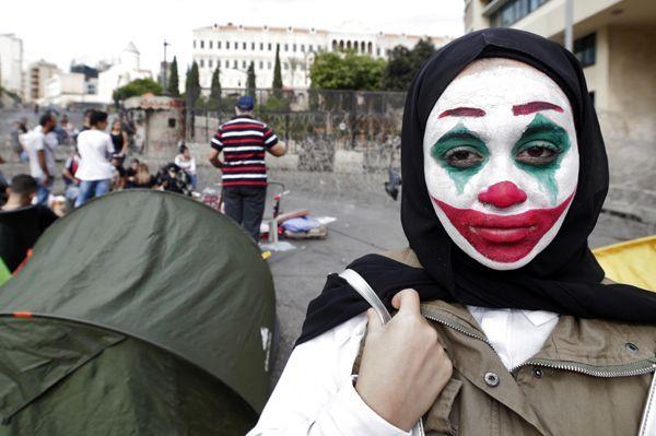 Une manifestante libanaise arbore le maquillage du Joker.