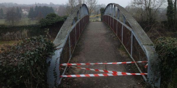 Le pont menant au cimetière où les tombes juives ont été profanées à Sarre-Union dans le Bas-Rhin.