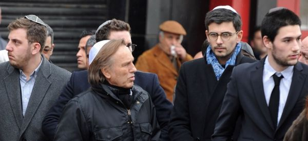 Le réalisateur français Alexandre Arcady, au centre.