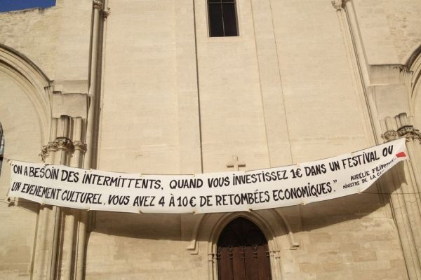 Les intermittents ont déployé une banderole devant le cloître des célestins, à Avignon.