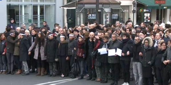 Les survivants de l'attentat de Charlie Hebdo entourés des proches des victimes :