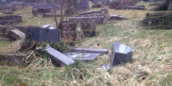 Les tombes profanées dans le cimetière juif de Sarre-Union dans le Bas-Rhin.