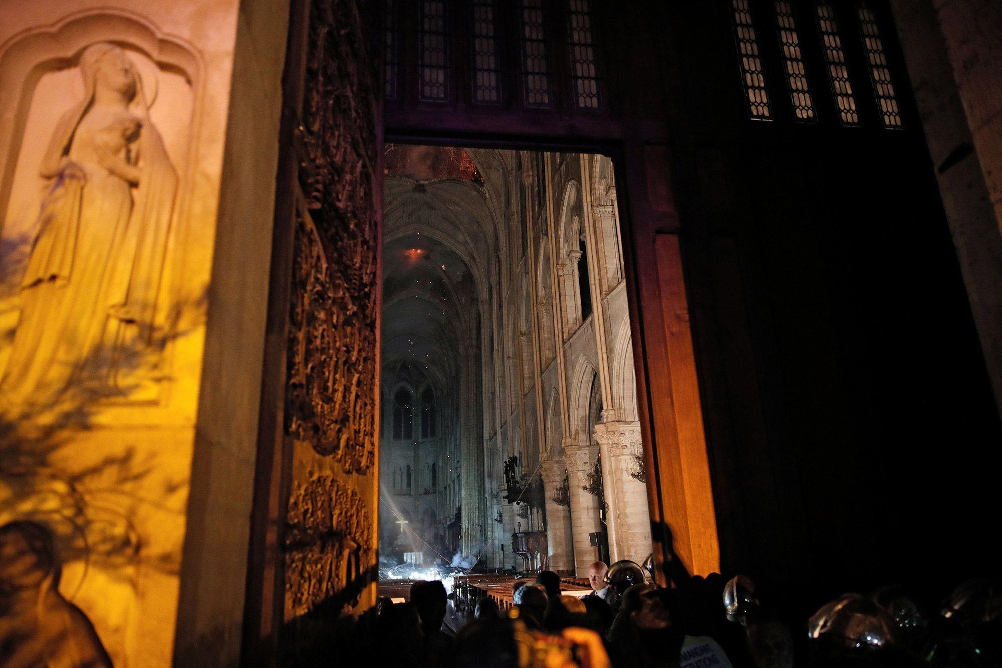 A Lintérieur De Notre Dame De Paris De Nombreux Dégâts