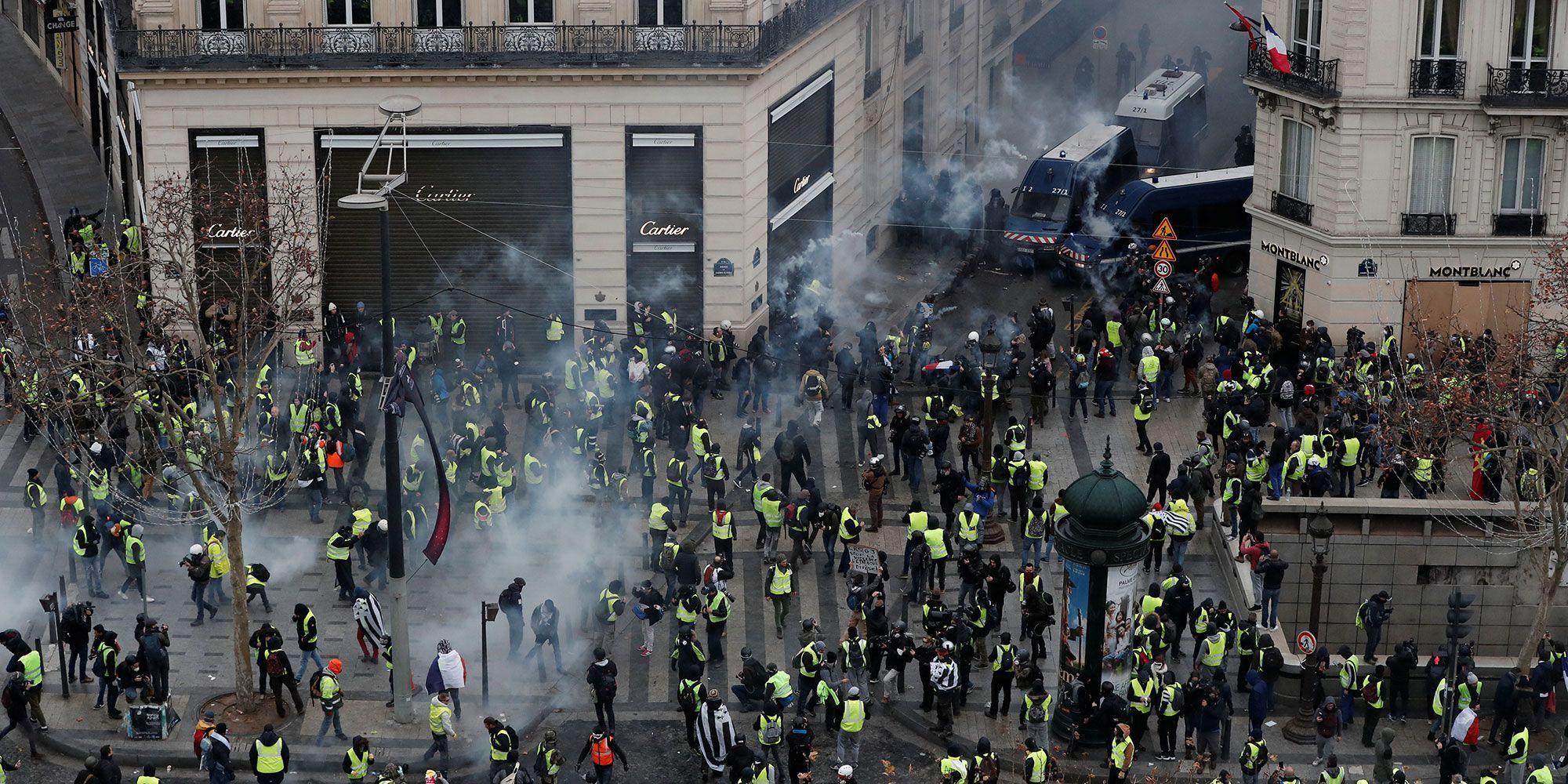 Notre photographe a été frappé samedi matin devant le magasin Cartier, en haut de l'avenue des Champs-Elysées.