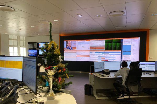 Le centre de supervision d'Orange compte une centaine d'écrans sous surveillance constante.