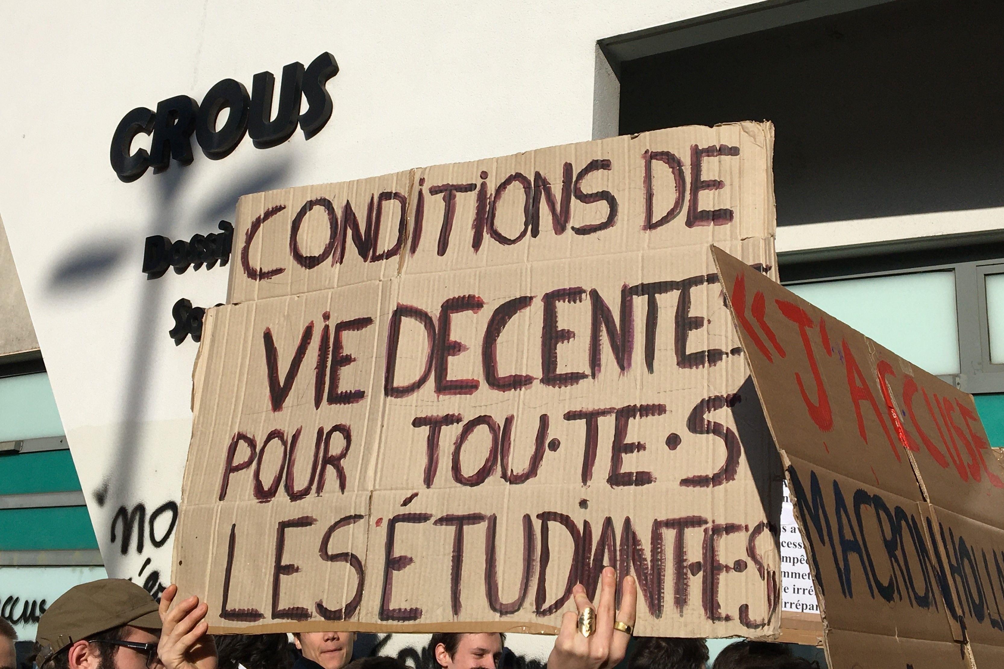 Pancarte de manifestants à Lyon devant le Crous 12.11 (960x640)