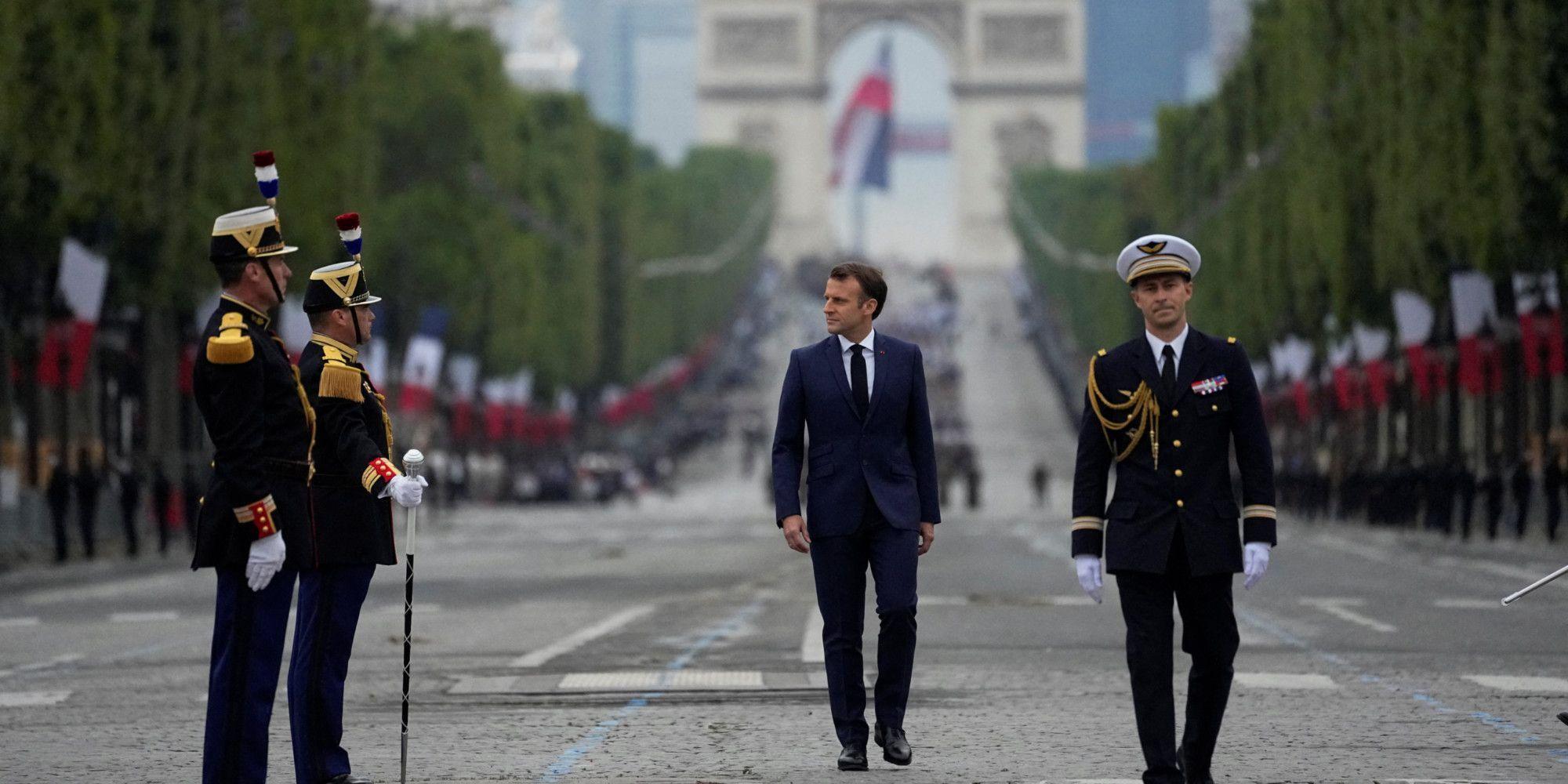 Emmanuel Macron passe les troupes en revue.