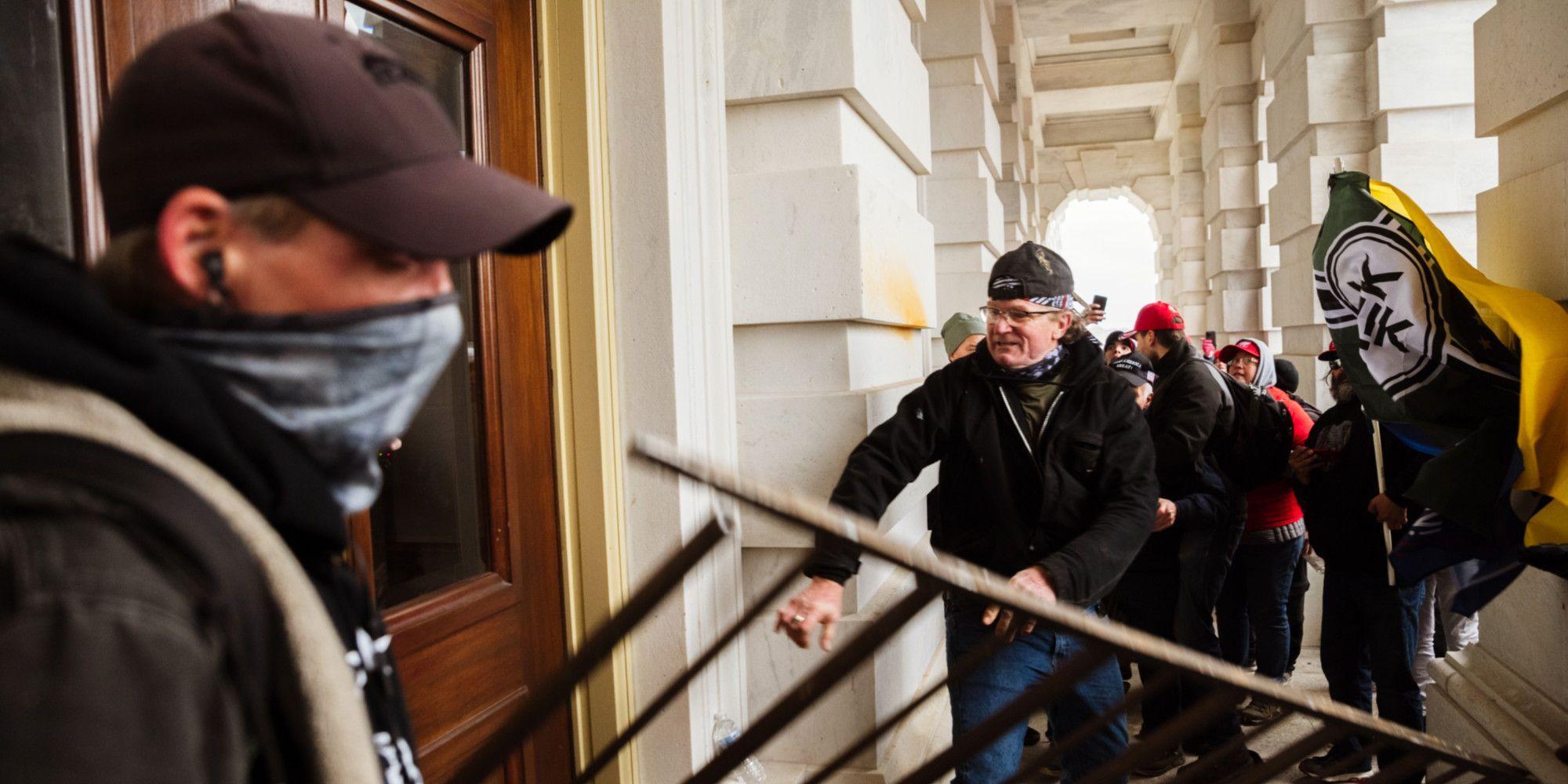 Des manifestants forcent l'entrée du Capitole.