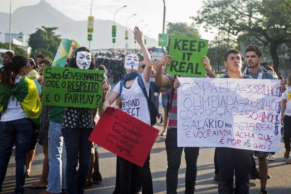 Protestations en marge de Mexique-Italie (930x620)