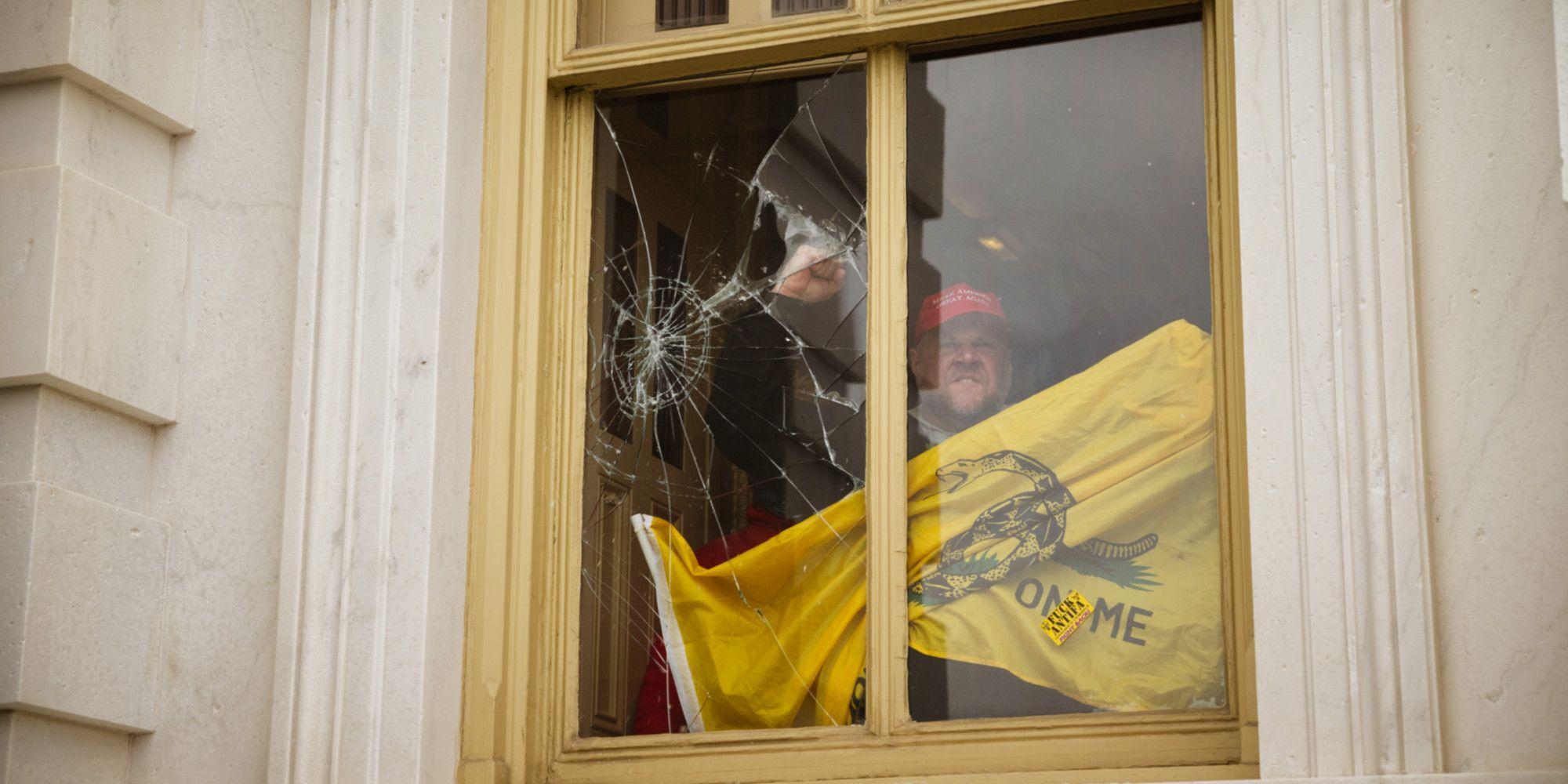 Un manifestant pro-Trump à l'intérieur du Capitole.