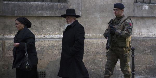 Un soldat près d'une école juive, 1280x640