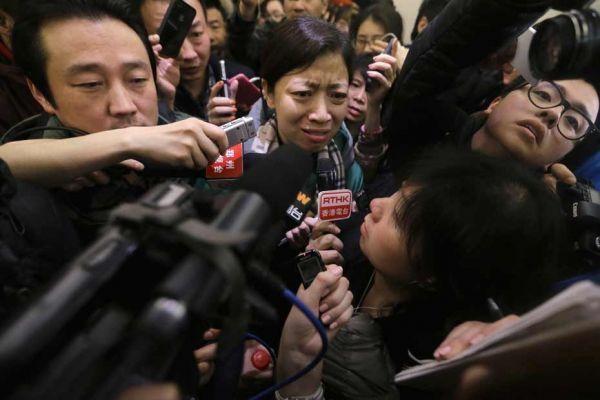 Une femme en pleurs en apprenant la disparition de l'avion de Malaysia Airlines