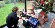 25.10.Cadeau Noel sapin jouet.PHILIPPE HUGUEN  AFP.1280.640