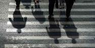 22.07.Ombre silhouette anonyme passage pieton.JOHANNES EISELE AFP.1280.640