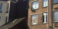 La fenêtre depuis laquelle l'homme tué à Forest, à Bruxelles, tirait sur les policiers le 15 mars 2016.
