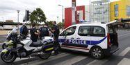 Les policiers du Raid devant le centre commercial qui a été braqué dans les Hauts-de-Seine.