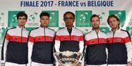 Yannick Noah entouré de ses joueurs à Lille (1280x640) Philippe HUGUEN / AFP
