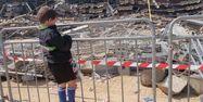 Le 6 mai 1992, un enfant observe les restes de la partie de tribune qui s'était effondré la veille. André DURAND/AFP