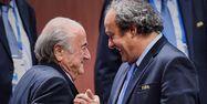 Blatter-Platini : le passage de témoin entre les deux dirigeants, ici en mai 2015, pourrait avoir lieu en 2016. Michael BUHOLZER/AFP