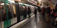 """Supporters de Chelsea repoussant un homme noir dans le métro parisien. Capture d'écran """"The Guardian"""""""